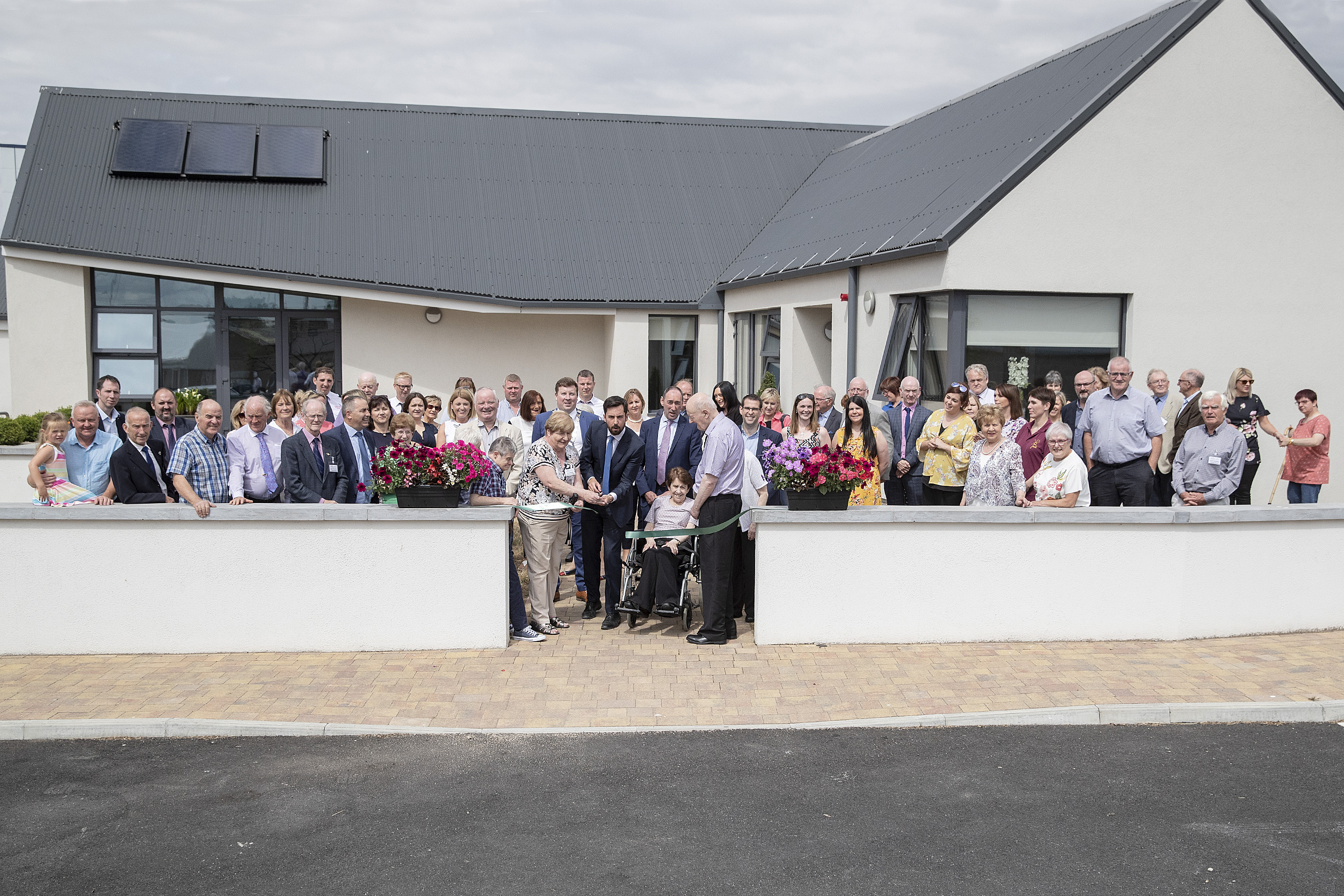 Eoghan Murphy TD Minister for Housing, Planing and Local Goverment with the help of Eileen Brophy Chairperson Tinteán cut the ribbon to officiially open Tinteán Willow. Photo: Thomas Nolan Photography.